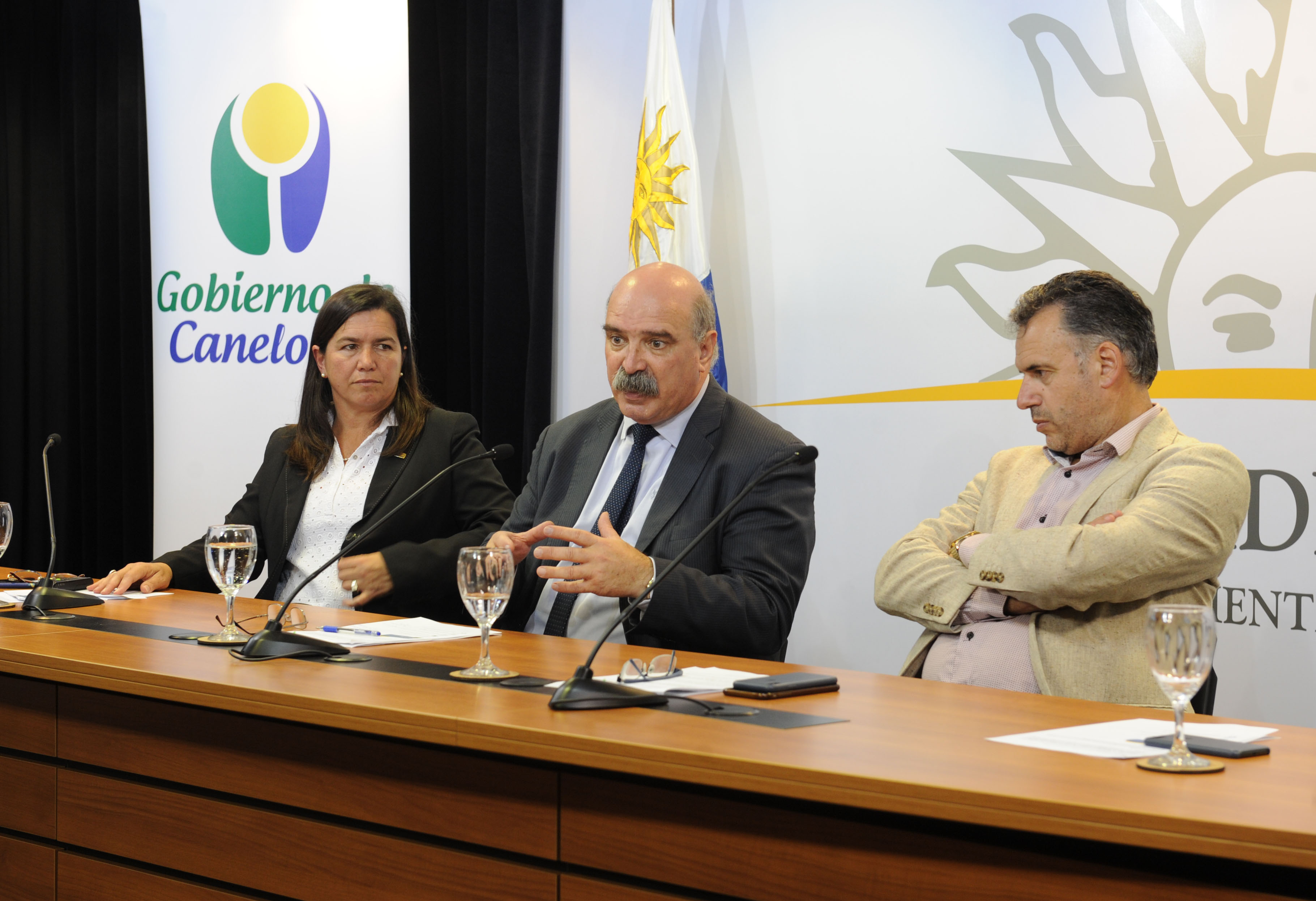 Autoridades de OPP y de Canelones presentando el acuerdo