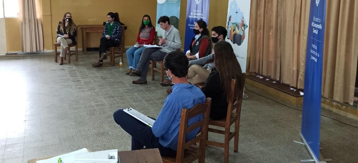 Panel de expositores en la celebración del Día de la Juventud Rural